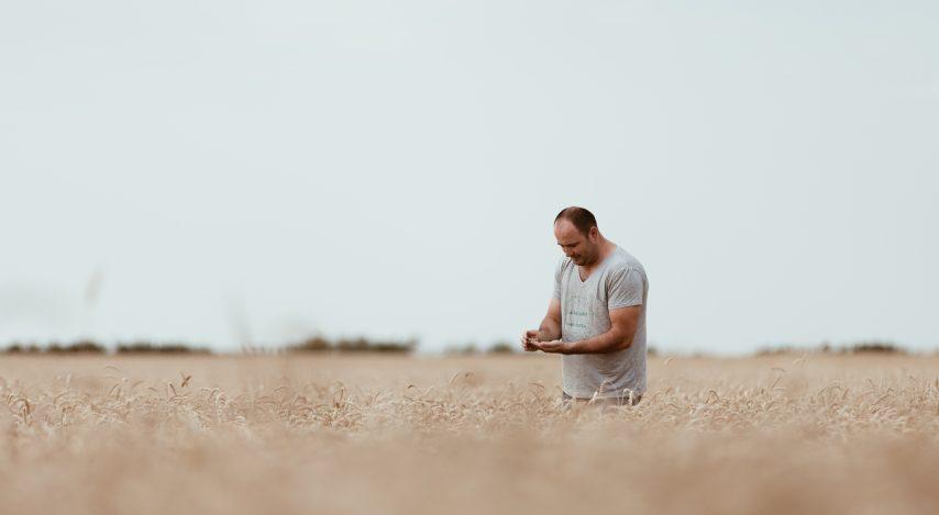 Hrană din piatră seacă – un documentar despre conștientizarea provenienței hranei noastre. Cum o țară deșertică exportă legume și fructe într-o țară considerată acum câteva decenii Grânarul Europei