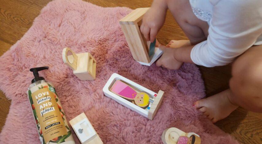 Cât de devreme ne învățăm fiicele să se îngrijească? Dar să fie cochete și feminine?